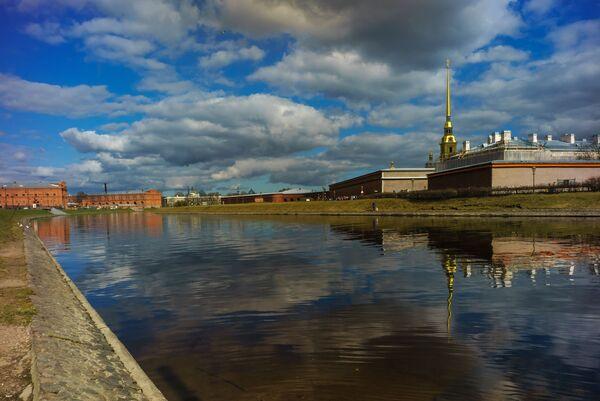 Вид на Петропавловскую крепость с набережной Кронверкского пролива в Санкт-Петербурге - Sputnik Mundo