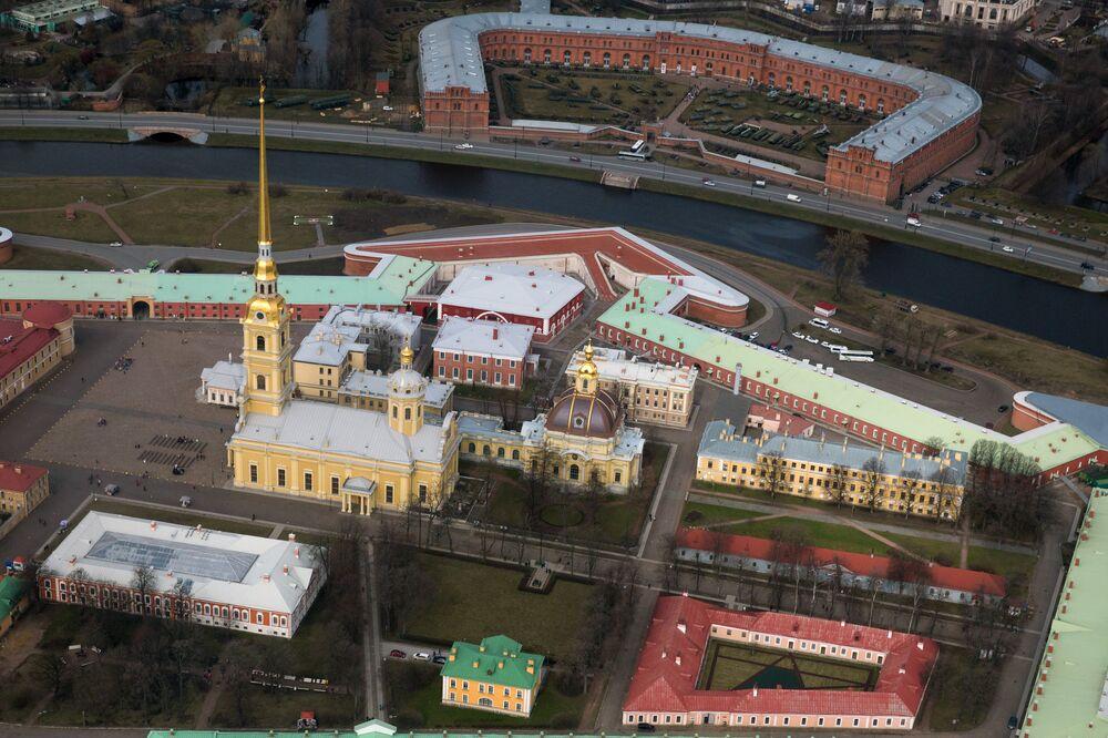 La fortaleza está situada en la isla Záyachi, en el centro histórico de San Petersburgo.