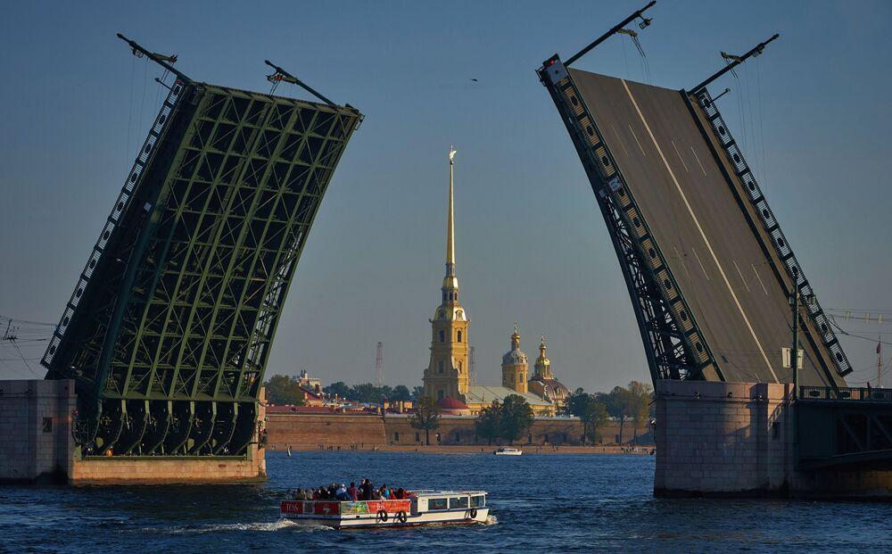 Las vistas al puente Dvortsovi y la fortaleza de San Pedro y San Pablo en San Petersburgo.