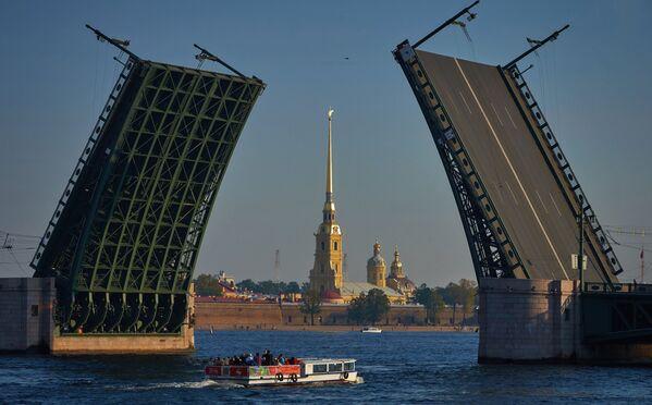 Вид на разведенный Дворцовый мост и Петропавловскую крепость в Санкт-Петербурге - Sputnik Mundo