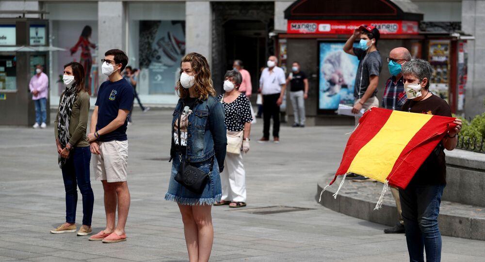 Los madrileños durante el minuto de silencio en homenaje a las víctimas del coronavirus