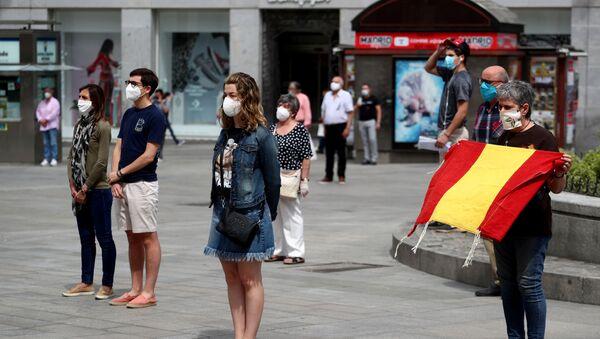 Los madrileños durante el minuto de silencio en homenaje a las víctimas del coronavirus - Sputnik Mundo
