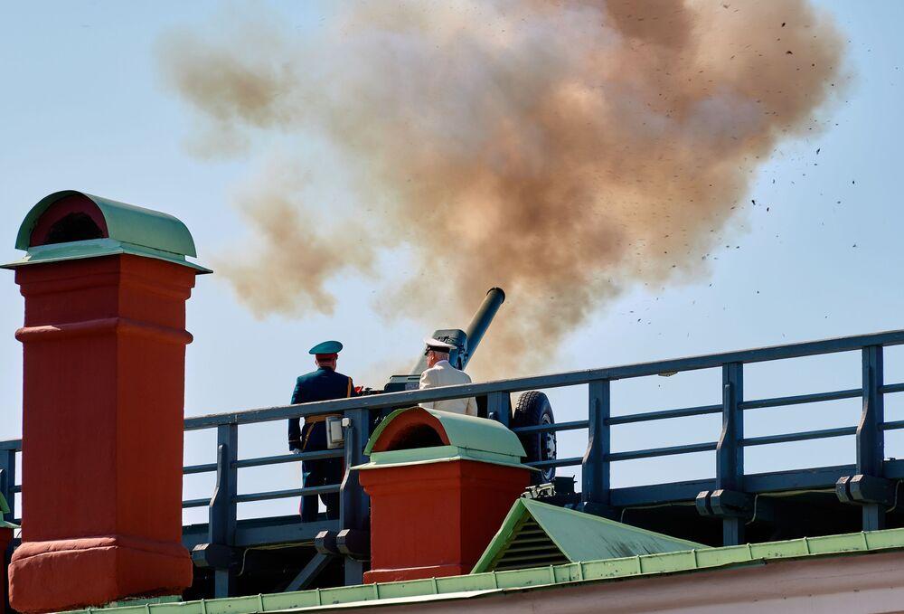 Todos los días a las 12:00 se oye un disparo desde el bastión Narishkin de la fortaleza. Esta tradición, que se originó en 1873, se rompió en 1934 y volvió a adoptarse en 1953. De acuerdo con el estatuto de San Petersburgo, el cañón de mediodía disparado desde la fortaleza es una tradición de San Petersburgo.