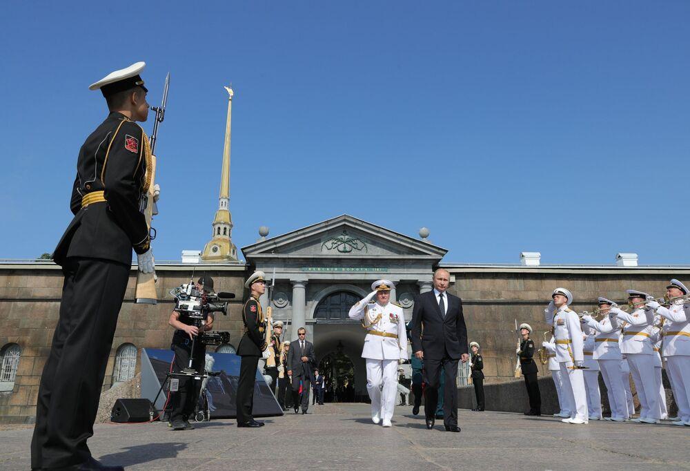 El presidente ruso, Vladímir Putin, visita la fortaleza durante la celebración del día de la Marina Rusa en San Petersburgo en 2018.
