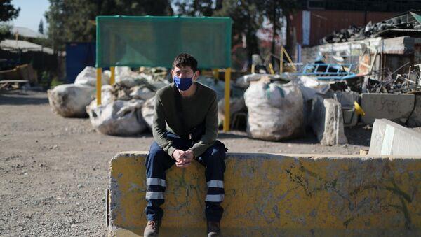 Un recolector de basura en Santiago - Sputnik Mundo
