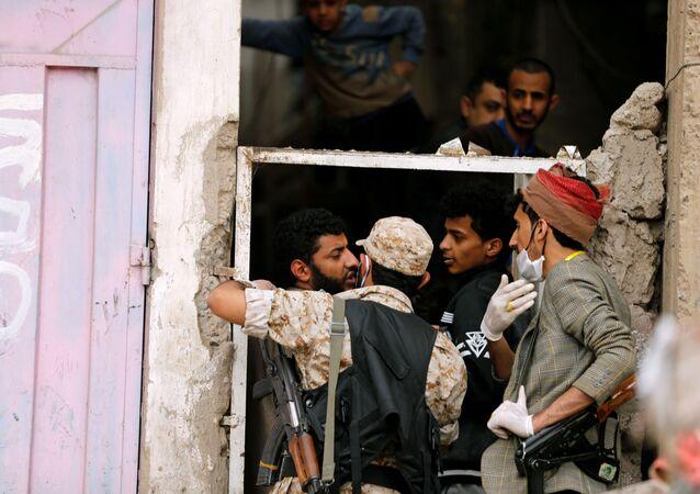 Fuerzas de Seguridad yemeníes tratan de prevenir que la gente salga de sus domicilios