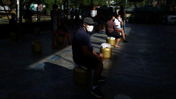 La gente con mascarillas en Brasil - Sputnik Mundo
