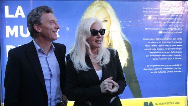 La estrella de televisión argentina Susana Giménez junto a Mauricio Macri en 2015 - Sputnik Mundo