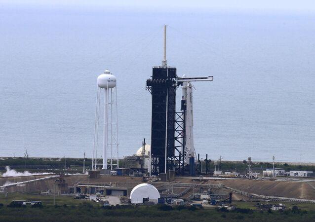 El cohete Falcon 9 de SpaceX con Dragon 2 en el Centro Espacial Kennedy