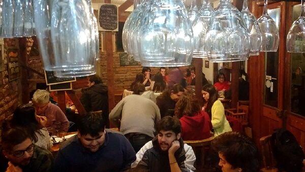 AK Taberna en Santiago de Chile - Sputnik Mundo