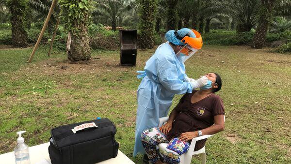 Una indígenaa Siekopai realizándose un test de coronavirus - Sputnik Mundo