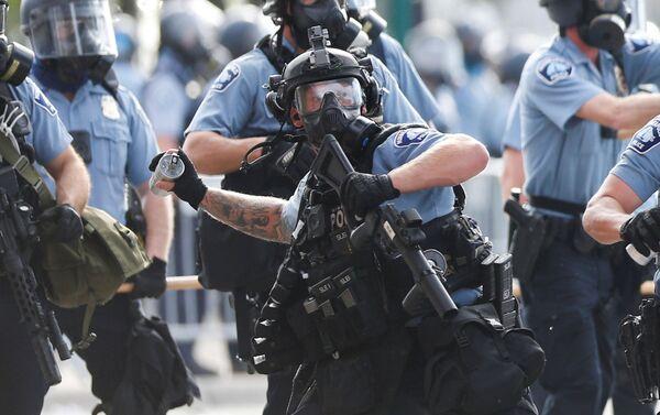 La Policía durante las protestas en Minneapolis  - Sputnik Mundo