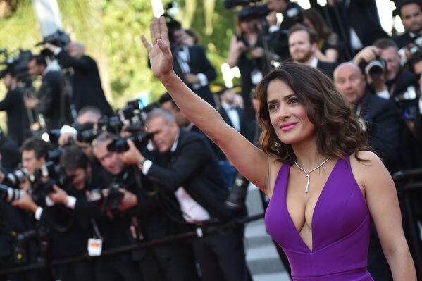 Актриса Сальма Хайек на КанLos caballeros las prefieren… ¿morenas? Las chicas que hacen enloquecer  - Sputnik Mundo