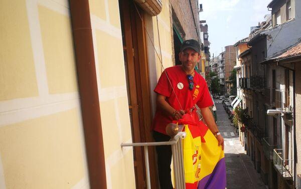 Javier Cuesta vuelve a colgar la bandera republicana en su balcón - Sputnik Mundo