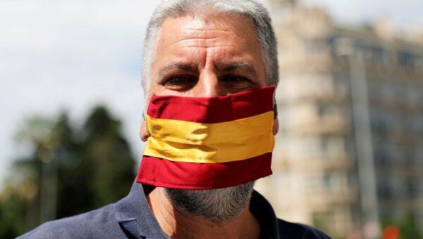 Un hombre con la bandera de España - Sputnik Mundo