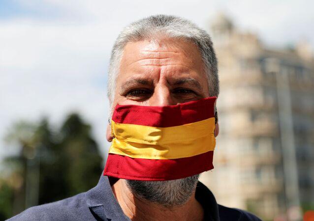 Un hombre con la bandera de España