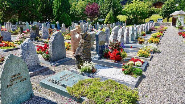 Flores en el cementerio - Sputnik Mundo