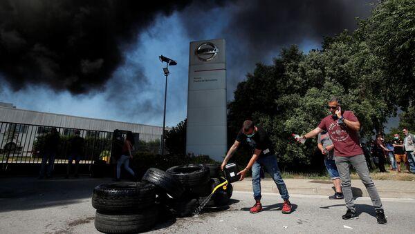Trabajadores de Nissan se manifiestan tras el anuncio del cierre - Sputnik Mundo