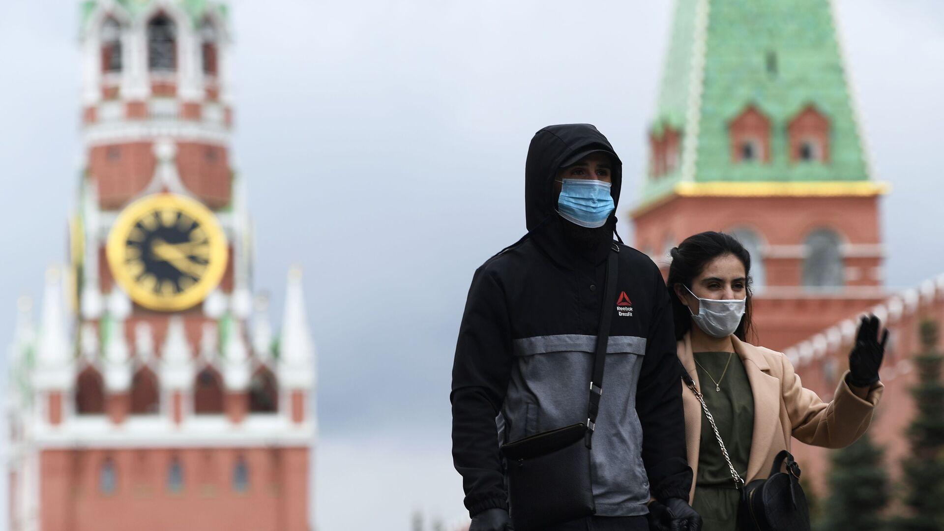 Personas en mascarillas en la Plaza Roja de Moscú - Sputnik Mundo, 1920, 14.06.2021
