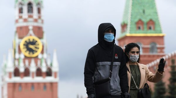 Personas en mascarillas en la Plaza Roja de Moscú - Sputnik Mundo