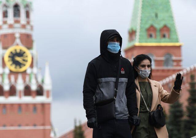Personas en mascarillas en la Plaza Roja de Moscú