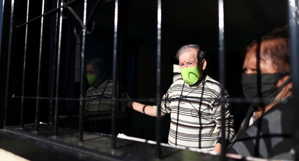 La gente con mascarillas durante el brote de coronavirus en Argentina