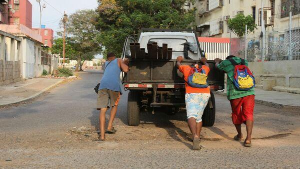Unos chicos empujan un camión que se quedó sin gasolina durante la crisis de combustible en Venezuela - Sputnik Mundo
