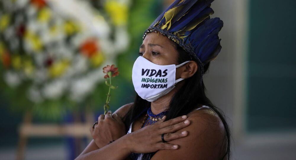 Mujer indígena durante el funeral de una víctima del COVID-19 en Manaos