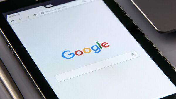 Una tableta con el buscador de Google - Sputnik Mundo