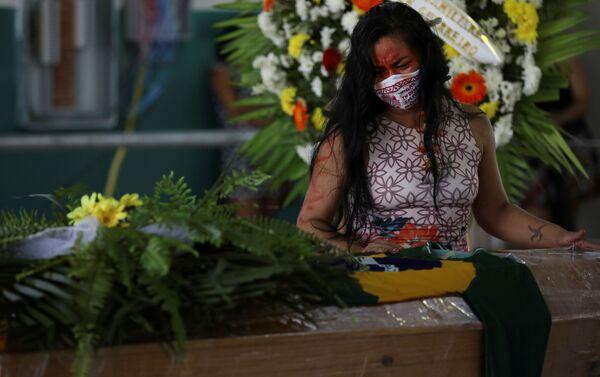 Funeral del jefe indígena Messias Kokama, de 53 años, del Parque das Tribos, en Manaos-Brasil - Sputnik Mundo