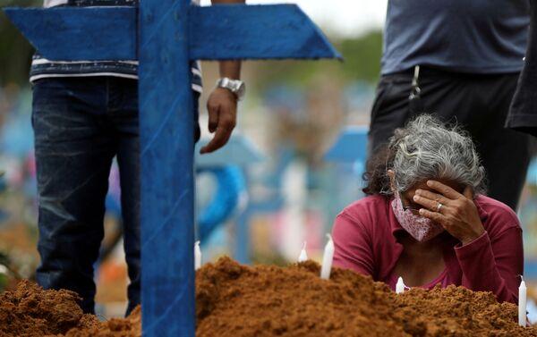 Entierro masivo en el cementerio Parque Taruma en Manaos - Sputnik Mundo