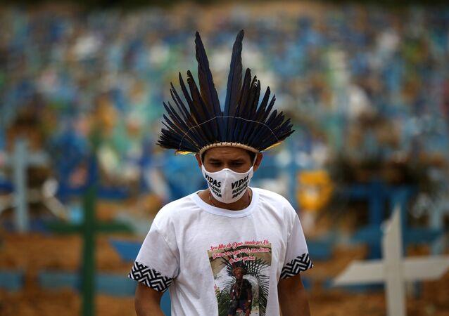El indígena Miqueias Moreira Kokama usa una máscara facial protectora con palabras que dicen: Las vidas indígenas importan