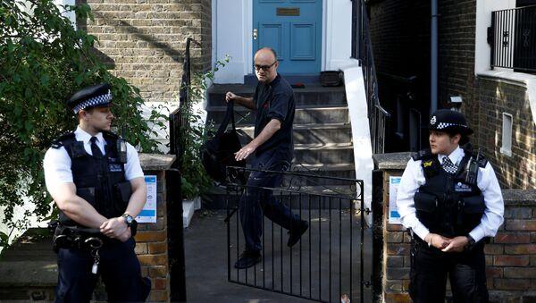Dominic Cummings, asesor del jefe del Gobierno británico, y dos policías cerca de la casa de Cummings en Londres, Reino Unido - Sputnik Mundo