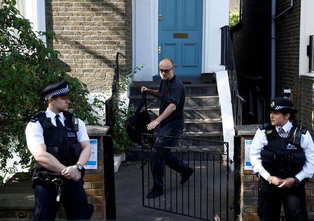 Dominic Cummings, asesor del jefe del Gobierno británico, y dos policías cerca de la casa de Cummings en Londres, Reino Unido