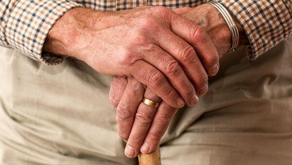 Manos de persona mayor (imagen referencial) - Sputnik Mundo