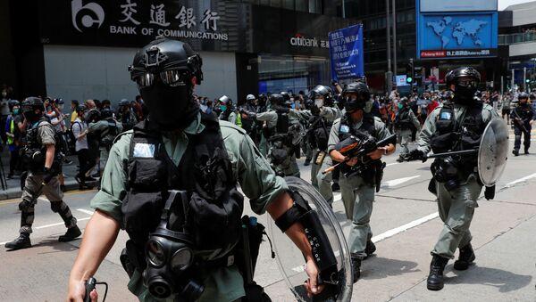 Policía antidisturbios durante las protestas en Hong Kong - Sputnik Mundo