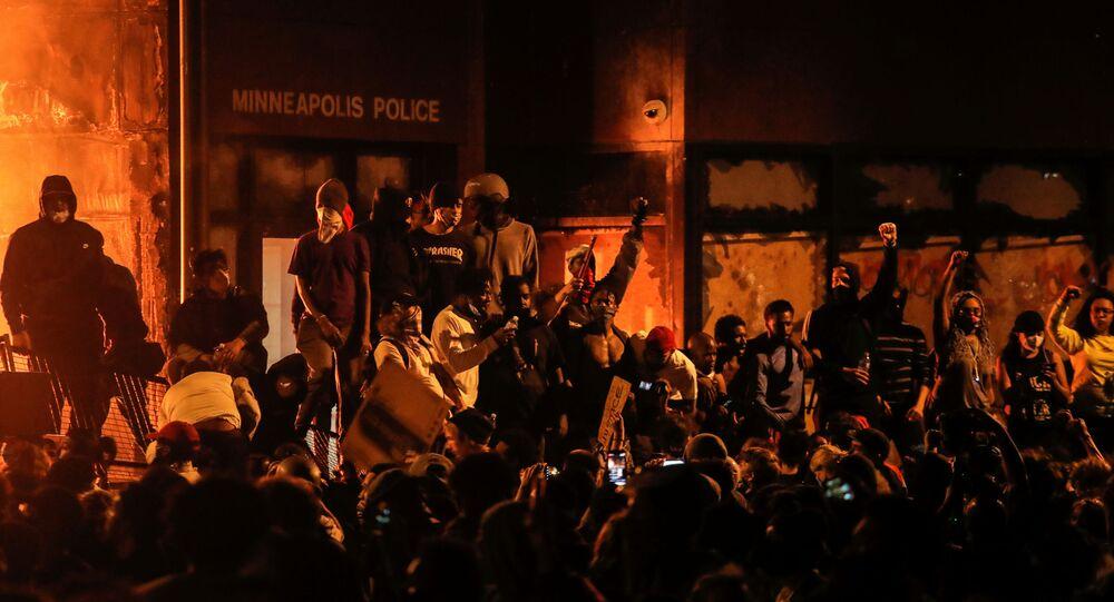 Manifestantes frente a la estación de Policía de Minneapolis (Minnesota), abandonada por los agentes, el 28 de mayo de 2020
