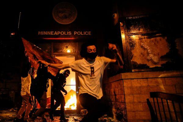 Los altercados en Minneapolis dejan una comisaría de Policía incendiada  - Sputnik Mundo