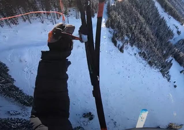 Un esquiador aterriza en paracaídas sobre una ladera nevada en Austria