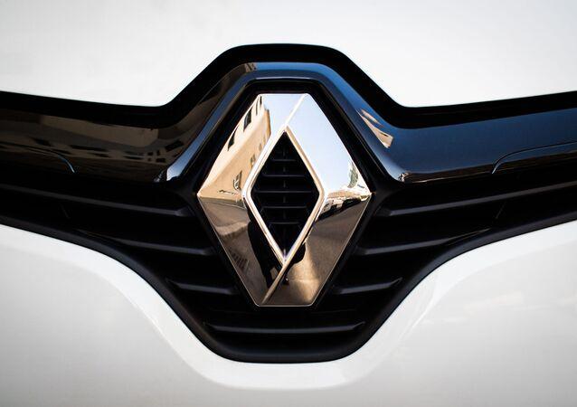 Logo Renault en parte delantera de vehículo