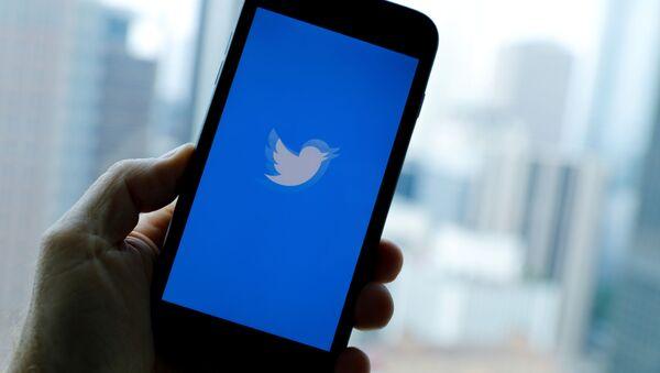 El logo de Twitter en la pantalla de un celular - Sputnik Mundo