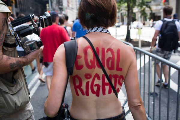 Día Internacional sin sujetador: una forma de protesta femenina con los senos como protagonistas - Sputnik Mundo