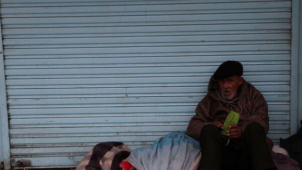 Una persona sin techo en Chile - Sputnik Mundo