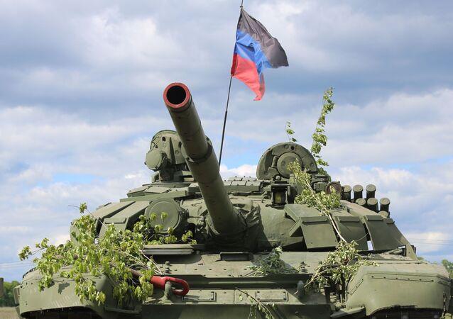 Un tanque con la bandera de la RPD