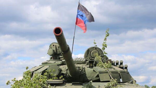 Un tanque con la bandera de la RPD - Sputnik Mundo
