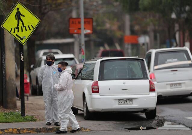 Los trabajadores de la morgue en Santiago durante el brote de coronavirus en Chile