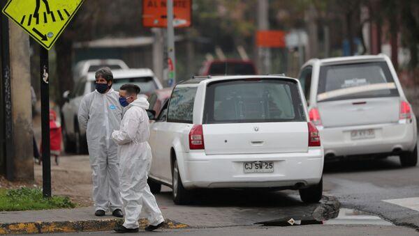Los trabajadores de la morgue en Santiago durante el brote de coronavirus en Chile - Sputnik Mundo