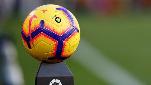 Una pelota de fútbol con el logo de La Liga española - Sputnik Mundo