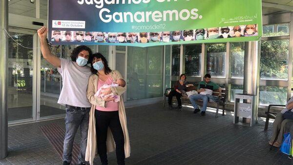 Sofía Siveroni y José Alberto Castañares en el hospital, con su hija Julia. - Sputnik Mundo