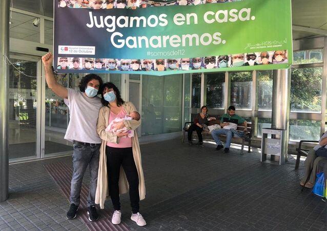 Sofía Siveroni y José Alberto Castañares en el hospital, con su hija Julia